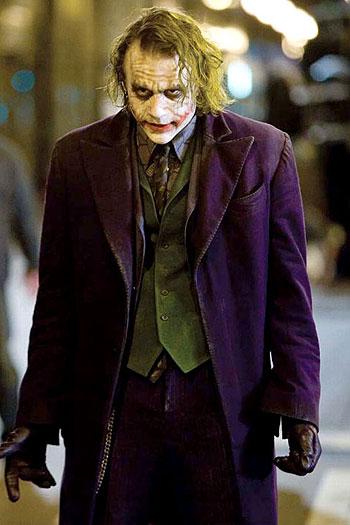Heath Ledger v úlohe Jokera vo filme Temný rytier (2008)