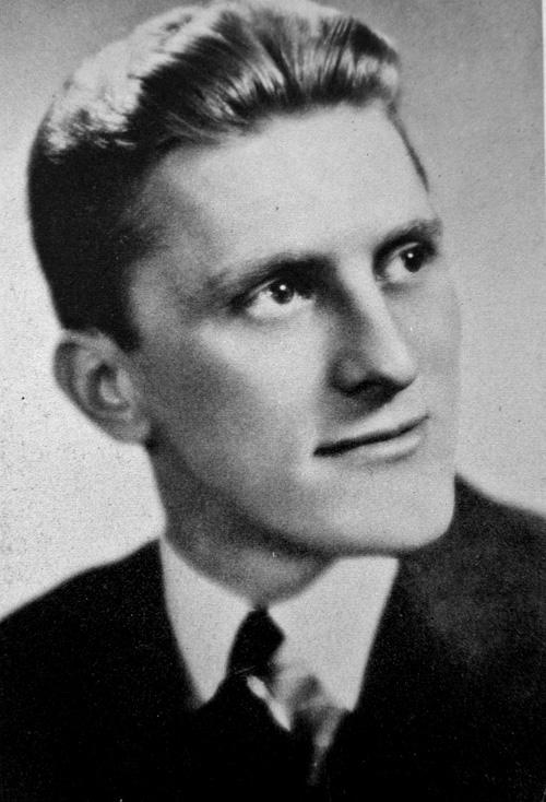 Kirk Douglas ako vysokoškolský absolvent v roku 1939